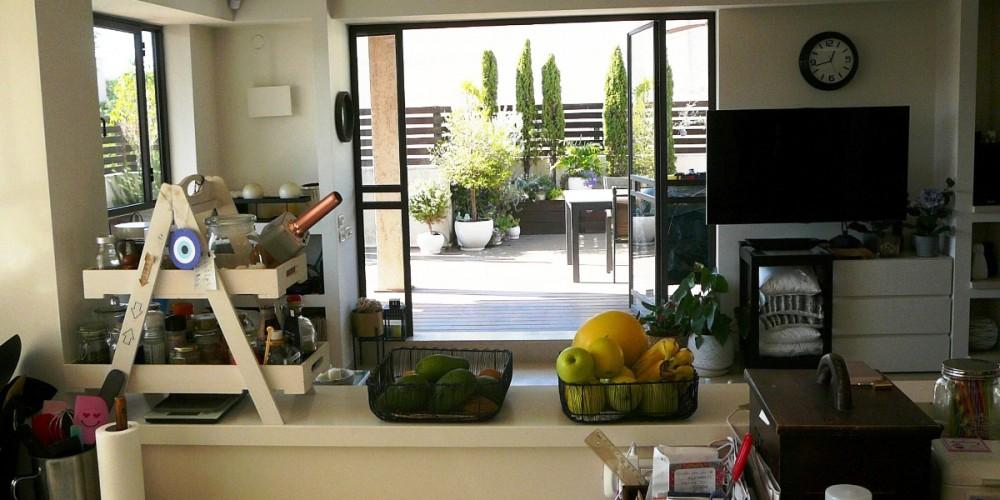 מבת מהמטבח למרפסת